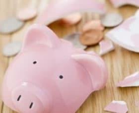 El mal crédito y una alcancia rota