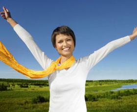 Mujer feliz al aplicar para una tarjeta de crédito