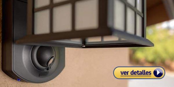 Regalos de navidad para tu novio: Lámpara inteligente con cámara de seguridad