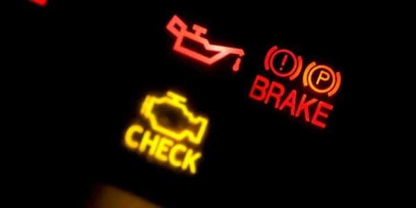 Cosas que debes revisar al comprar un auto usado luces de alerta