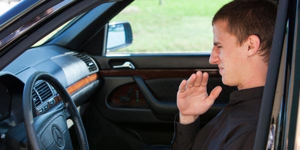 Qué revisar al comprar un auto usado: el olor de un auto dice mucho