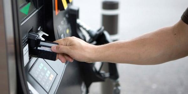 Ganar dinero al usar tus tarjetas de crédito: Aprovecha el descuento en las estaciones de gasolina