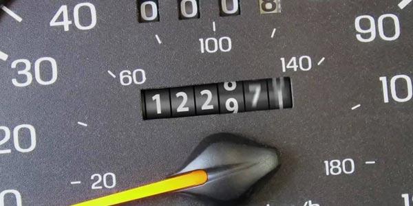 Detectar el kilometraje real de un auto usado: Revisa si hay una etiqueta de reemplazo del odómetro