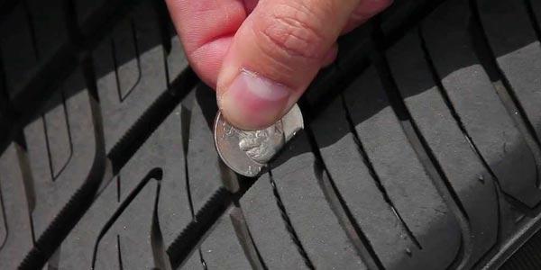 prueba de profundidad de la banda de rodadura en los neumáticos